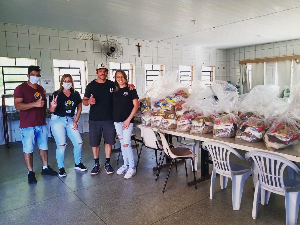 entrega de cestas basicas para APAE de Piraju